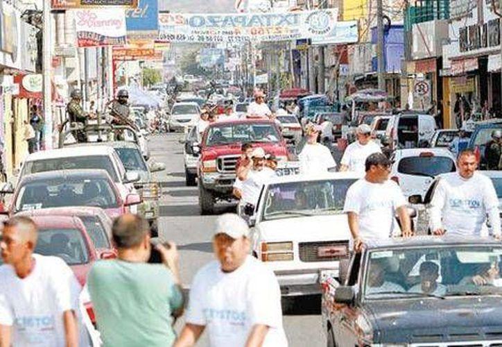 La entrada al municipio de Apatzingán de los grupos de autodefensa con vigilancia federal. (Milenio)