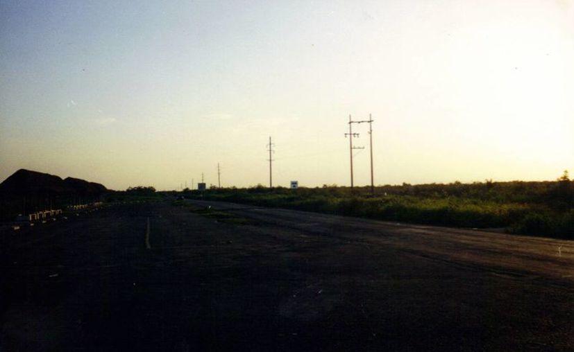 Tramo de la vía Tixkokob-Tixpeual en donde se han reportado varios avistamientos de OVNIS. (Jorge Moreno)