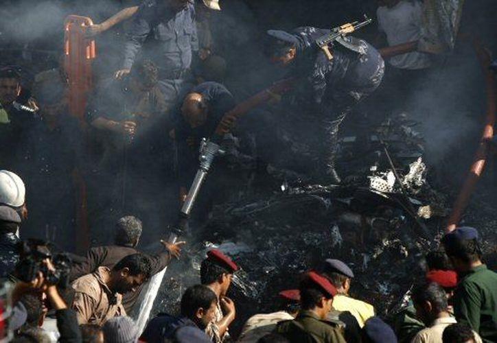 La aeronave cayó en un mercado abandonado en las cercanías del aeropuerto de Saná. (Agencias)