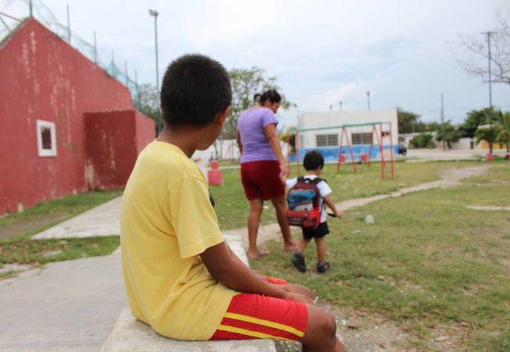El niño ocupa el tiempo en jugar y ayudar en varias actividades. (Yajahira Valtierra/SIPSE)
