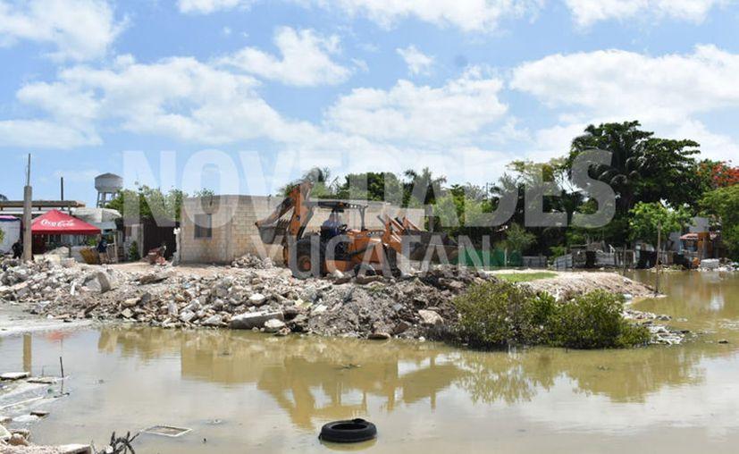 Maquinaria a cargo de los empleados de Servicios Públicos y Ecología de Progreso retiraron parte del escombro. (Gerardo Keb/Novedades Yucatán)