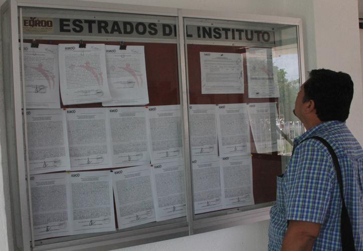 Víctor Ahmed Carrillo Piña, representante suplente de Morena, entregó el recurso de apelación. (Daniel Tejada/SIPSE)