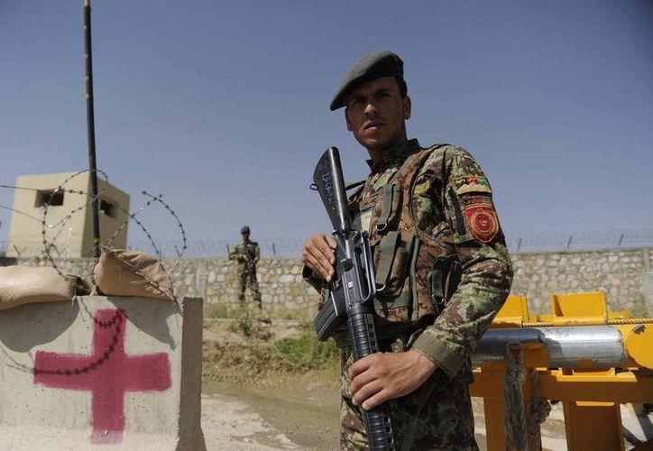 Un soldado afgano vigila en el campamento Qagha en Kabul, Afganistán. (EFE)