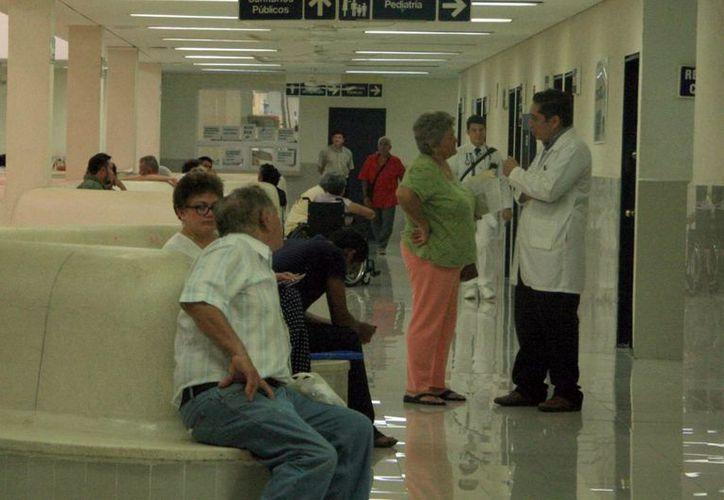 En pleno auge de casos de pacientes con dengue o chikungunya, los servicios del IMSS se suspendieron debido a las Fiestas Patrias, por lo que en muchas clínicas y hospitales había enfermos en los pasillos. (SIPSE)