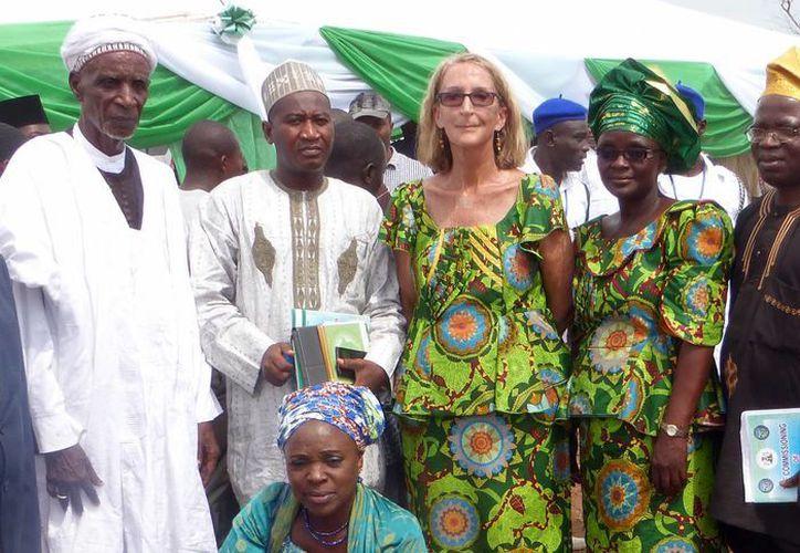 Imagen de Phyllis Sortor (c) junto a una delegación de dignatarios de la zona en un pueblo de Nigeria. (Agencias)