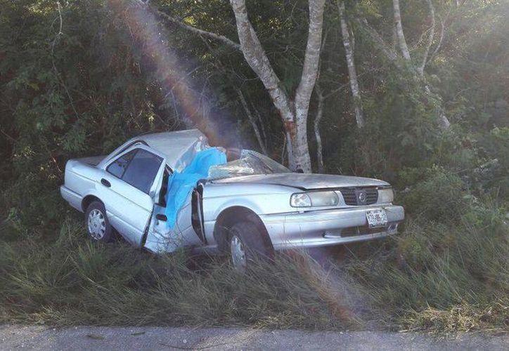 El Tsuru en el que viajaban cinco maestras desde Mérida hasta Peto se estrelló contra un árbol y se partió en dos. Una de las profesoras perdió la vida. (SIPSE)