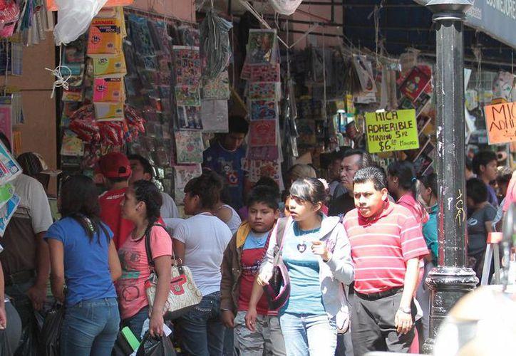 Un seis por ciento de los mexicanos realiza compras de último momento, indican los resultados de una encuesta. (Archivo/Notimex)