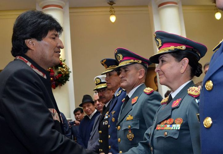 Fotografía cedida por la Agencia Boliviana de Información del presidente de Bolivia Evo Morales durante el nombramiento en La Paz, Bolivia de la generala Gina Reque Terán, como jefa de Estado Mayor de la institución. (EFE)