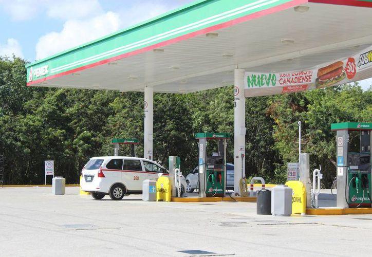 Las estaciones cuentan con suficiente gasolina para atender la demanda en Tulum. (Foto: Sara Cauich)