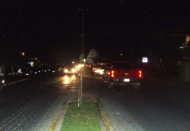 Un apagón que duró más de dos horas, perjudicó a los pequeños negocios que ofrecen opciones de diversión nocturna en Tulum. (Rossy López/SIPSE)