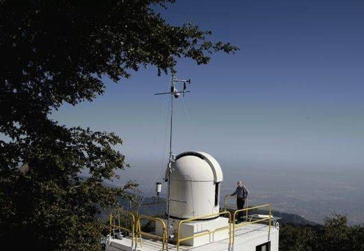 El investigador Stanley Sander se para en el techo del Laboratorio Atmosférico de California en el Monte Wilson. (Agencias)