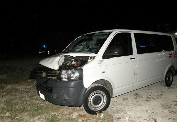 Una camioneta de transporte público atropelló a un hombre, quien perdió la vida a causa del accidente. (Redacción/SIPSE)
