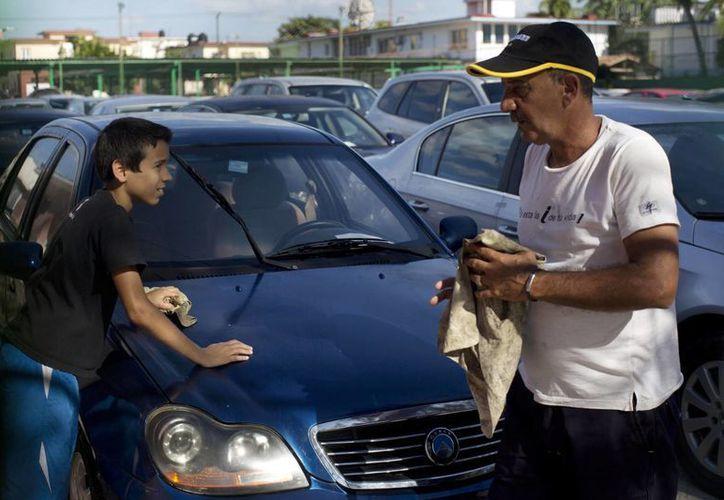 Los altos costos de los automóviles en Cuba irrita a los isleños, que aseguran que nunca podrían reunir lo suficiente para adquirir uno. (Agencias)