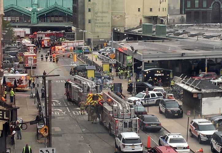 El personal de emergencia al llegar a la escena del accidente de tren en Hoboken, N. J. (AP/Joe Epstein)