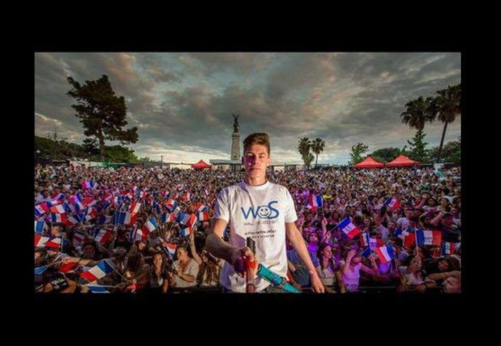 Tom Bittmann al romper el récord mundial de número de personas en una selfie. (facebook.com/tom.bittmann.54)
