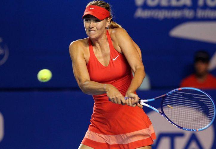 A Maria Sharapova se le complicó la noche en el Abierto de Acapulco, pero finalmente avanzó a semifinales. (Notimex)