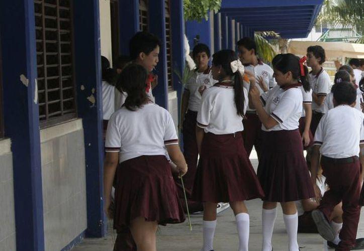 Indican que los estudiantes de secundaria continuarán entrando a las 7 horas. (Tomás Álvarez/SIPSE)