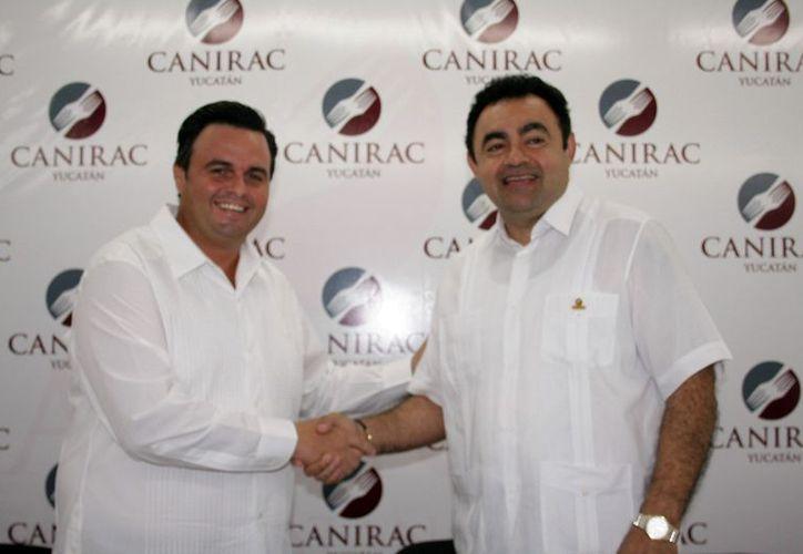 Alvaro Mimenza (Izq.), presidente electo, y Carlos Campos, saliente. (Theani Ruz/SIPSE)