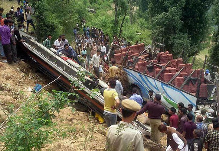Un vehículo de pasajeros cayó desde una altura de 90 metros en Cachemira. Imagen de contexto de un autobús al fondo de un barranco en el estado de Jammu, Inida, el año pasado. (Archivo/AFP)