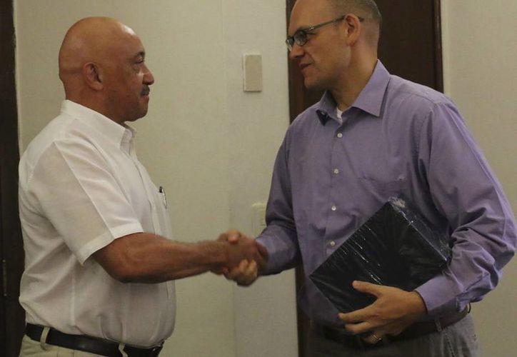 El Cónsul General de Estados Unidos en Mérida, David Micó (d), con José de Jesús Williams, rector de la Uady. (SIPSE)