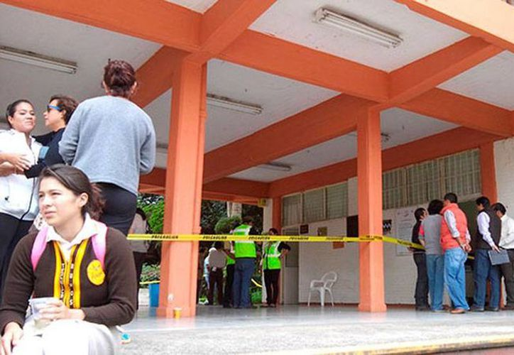 La muerte de una estudiante en la secundaria técnica número 3, de Xalapa, obligó a la suspensión de clase, debido a que algunos de los alumnos tuvieron crisis nerviosa. (excelsior.com.mx)
