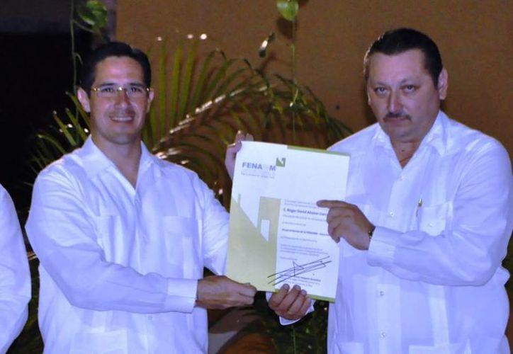 El alcalde de Cozumel entrega el nombramiento. (Cortesía/SIPSE)