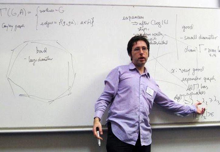 Helfgott actualmente residente en París y es investigador en el  Centro Nacional para la Investigación Científica. (borisbukh.org)