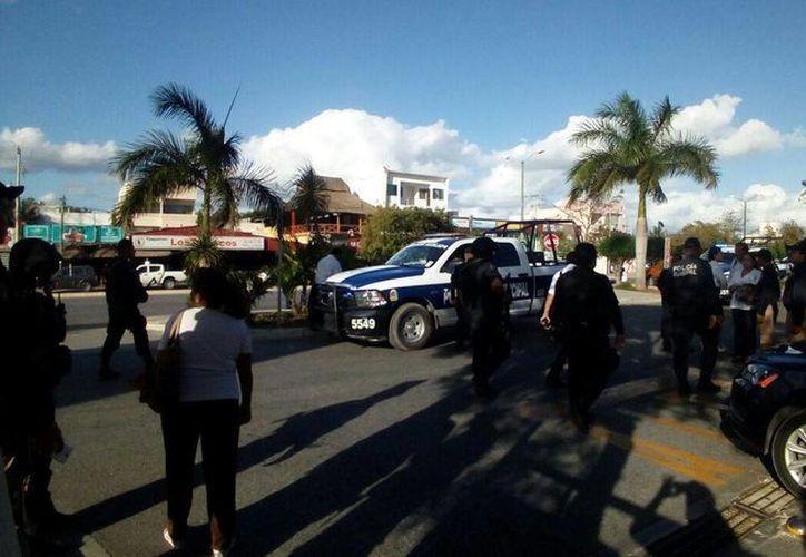 Una fuerte movilización policíaca se registró a las 4:30 de la tarde de ayer tras registrarse un robo en las inmediaciones de la Gran Plaza de Cancún. (Eric Galindo/SIPSE)