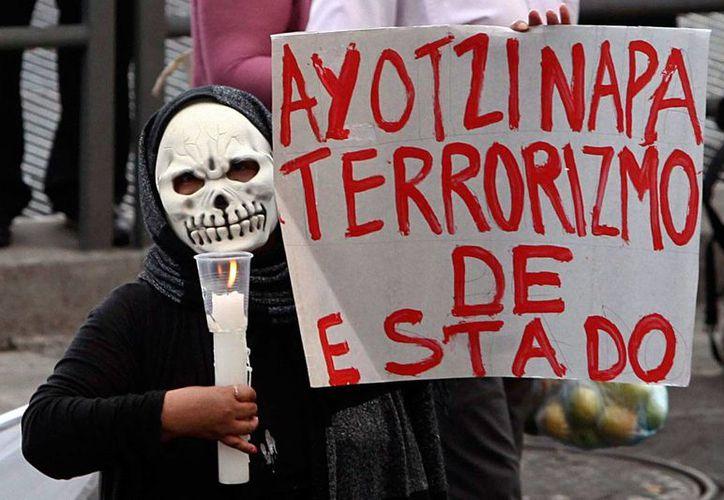 El GIEI acusó al gobierno de México de no poder concluir su investigación en el caso Iguala. Imagen de archivo de una de las tantas protestas que se han realizado por la desaparición de los normalistas de Ayotzinapa. (proceso.com.mx)