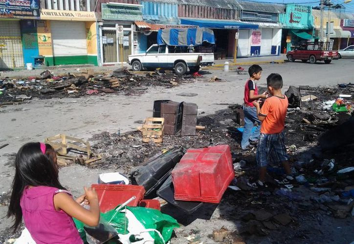 Algunos niños removían los escombros con la esperanza de encontrar pirotecnia intacta. (Israel Leal/SIPSE)