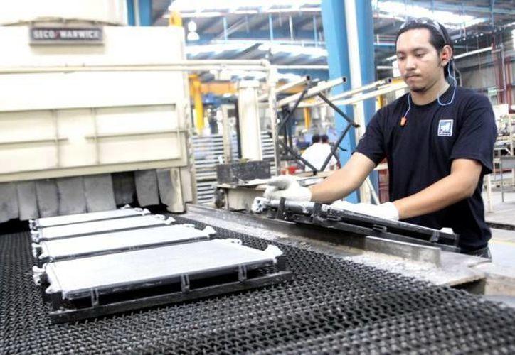 Los productos de la empresa PCC Airfoils requieren de un tratamiento especial. Imagen de un trabajador especialista en el área. (Milenio Novedades)