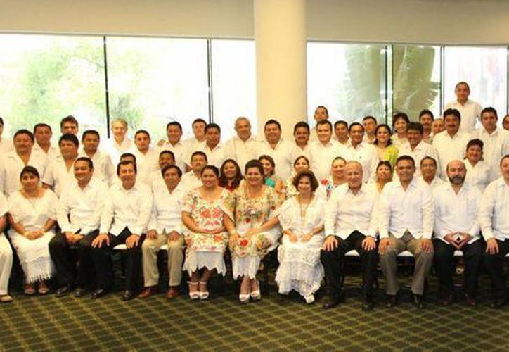 El gobernador Rolado Zapata ayer tomó protesta nueva directiva local de la Federación Nacional de Municipios de México. (Cortesía)