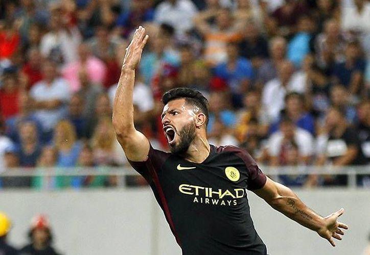 El 'Kun' Agüero fue el autor de tres de los cinco goles del City, pero también falló dos penales en momentos claves del partido.(EFE)