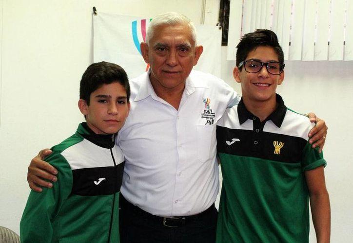 Los judokas Elías y Guido Cuevas, con el director del IDEY, Juan Sosa. (Milenio Novedades)