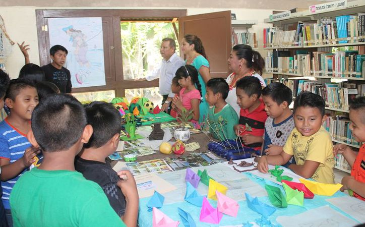 A los niños se les inculcó el hábito de la lectura en la biblioteca. (Gloria Poot/SIPSE)