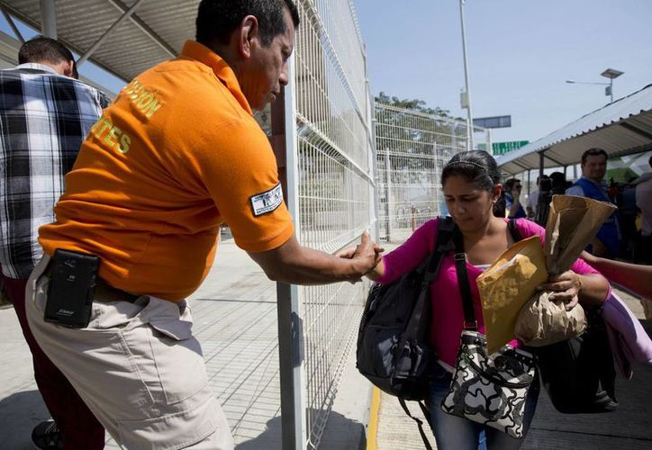En total, 180 migrantes cubanos cruzarán México esperando llegar a la frontera con Estados Unidos para reunirse con sus familiares. (AP)