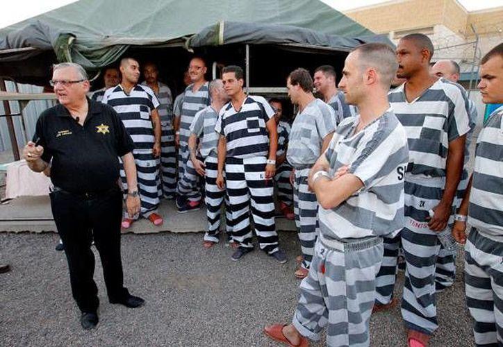 """Arpaio dijo que todos los presos deberán escuchar y cantar  el Himno Nacional y el cántico patrio de """"God Bless America"""". (Archivo/AP)"""