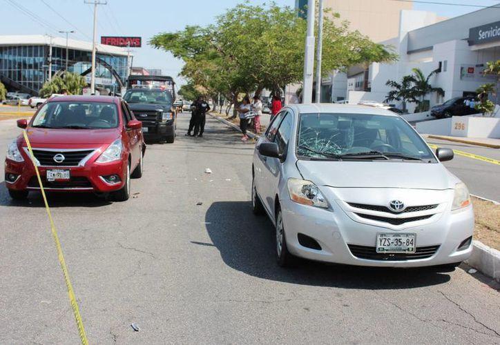 En la foto se observa el Toyota (d) que en Prolongación Montejo atropelló a una joven que intentaba cruzar repentinamente la avenida y que luego fue impactada por un Nissan Versa (i). (Fotos: Aldo Pallota/SIPSE)