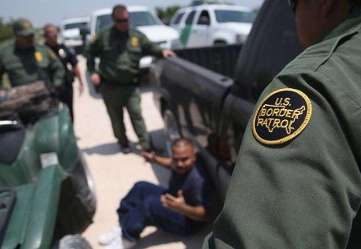 La UCLA reveló que miembros de la patrulla fronteriza realiza abusos contra las personas que detienen. En la imagen un sospechoso arrestado por agentes fronterizos. (Archivo/Agencias)