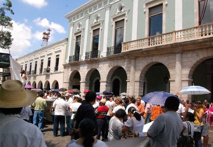 Profesores protestaron el sábado por calles de Mérida, buscando que los diputados federales den marcha atrás en la Reforma Educativa. (Wilbert Argüelles/SIPSE)