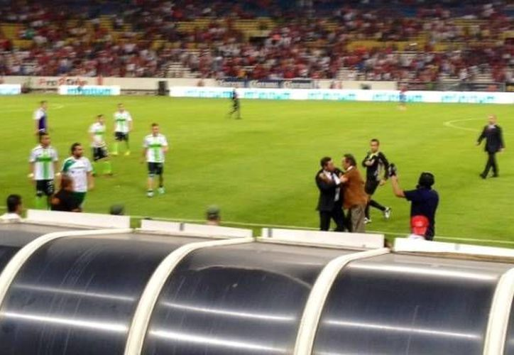 Tomás Boy, al centro, de saco café, corrió furioso hacia los jugadores y el entrenador de Santos. (mediotiempo.com)