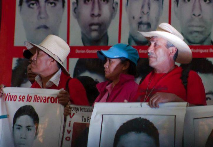 Imagen de una marcha encabezada por los familistes de los 42 estudiantes normalistas desaparecidos, en la plancha del Zócalo de la Ciudad de México. (Archivo/Notimex)