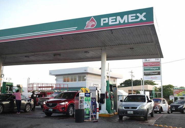 Empresarios aseguran que no hay condiciones para que sigan vendiendo gasolina. (Notimex)