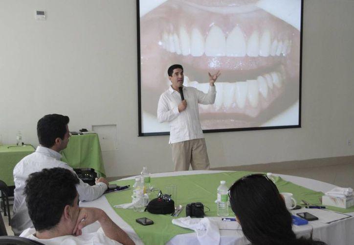 De los 440 odontólogos de Benito Juárez, menos de una cuarta parte asistió a la convocatoria para recibir pláticas acerca de la odontología estética moderna. (Tomás Álvarez/SIPSE)