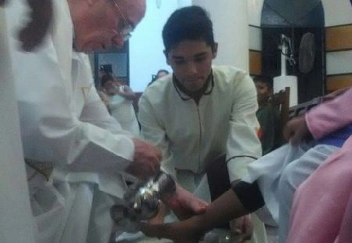 En Chetumal, el padre Thomas Moylan L.C. realizó el lavatorio de pies a 12 niños. (Paloma Wong/SIPSE)