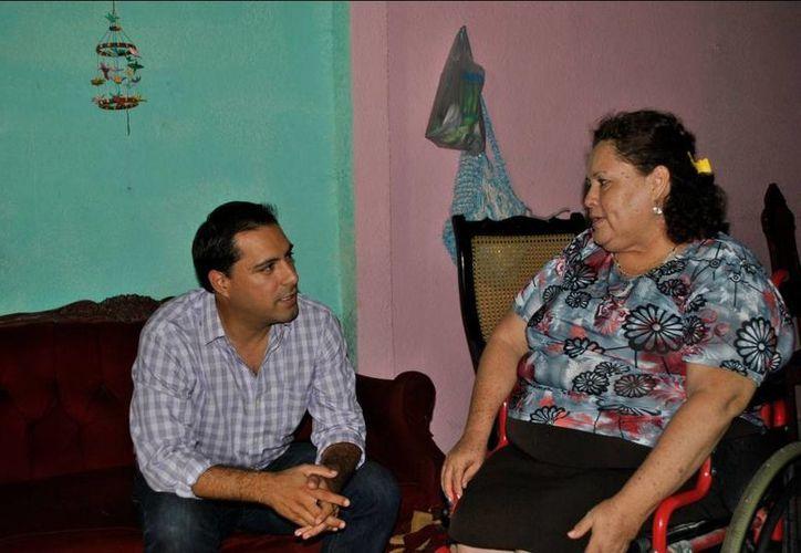 El diputado Mauricio Vila Dosal con doña Aurorita Hernández, quien hace 6 meses sufrió un accidente que le provocó ruptura de tibia y peroné. (SIPSE)