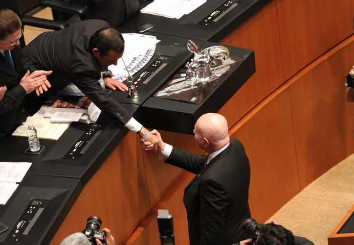 Ernesto Cordero, presidente del Senado, felicita a Manuel Mondragón tras su juramento como Comisionado de Seguridad Nacional. (Notimex)