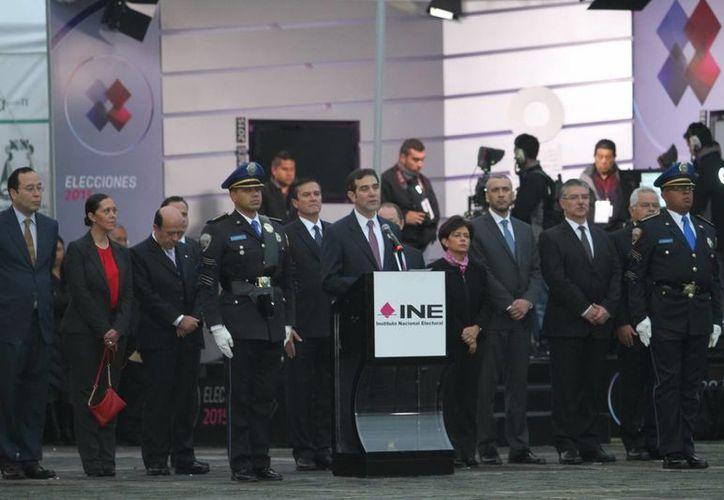 El consejero presidente del Instituto Nacional Electoral (INE), Lorenzo Córdova Vianello (c) encabezó la ceremonia de izamiento y honores a la Bandera Nacional con que dio inicio la Jornada Electoral en todo el país. (Notimex)