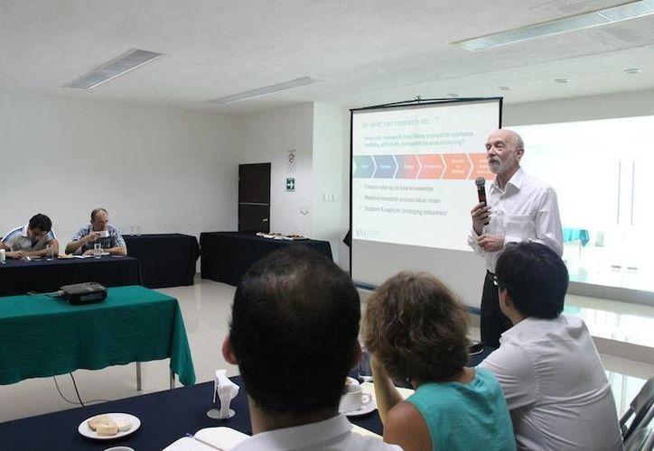 El especialista Michael John Gregory, de la Universidad de Cambridge, durante su charla ante empresarios yucatecos. (SIPSE)