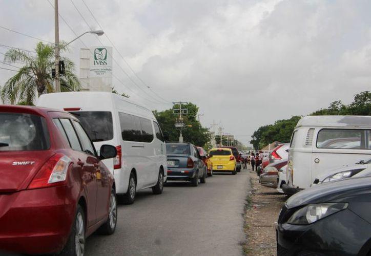 Transitar por la avenida Politécnico, a la altura del Hospital del IMSS, es una mala experiencia por el tráfico vehicular. (Sergio Orozco/SIPSE)